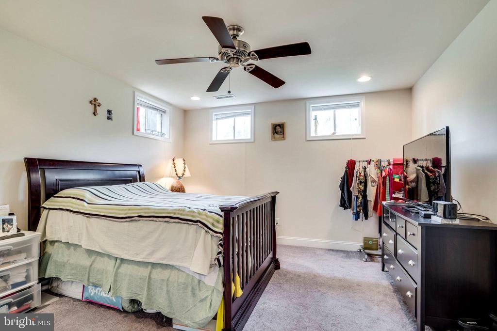 DEN/POSSIBLE 5TH BEDROOM - 5680 TOWER HILL CIR, ALEXANDRIA