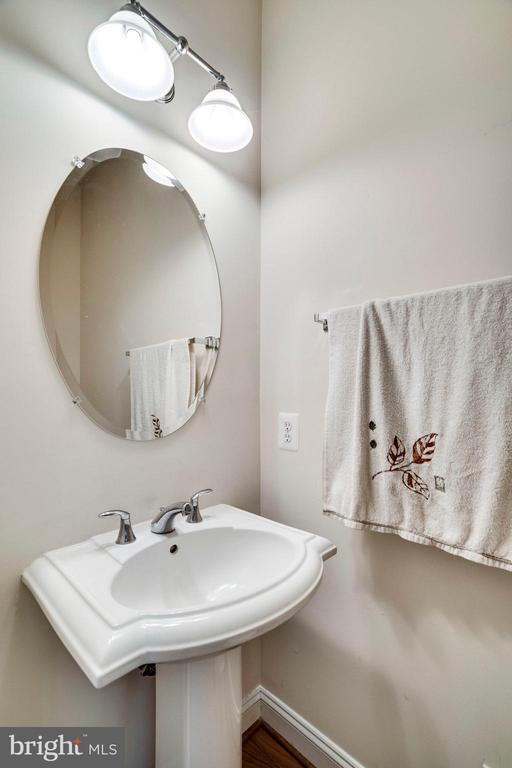 STAIRCASEPOWDER ROOM - 5680 TOWER HILL CIR, ALEXANDRIA