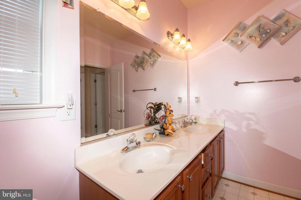 Double vanities in spare bathroom - 6421 ROBINSON RD, SPOTSYLVANIA