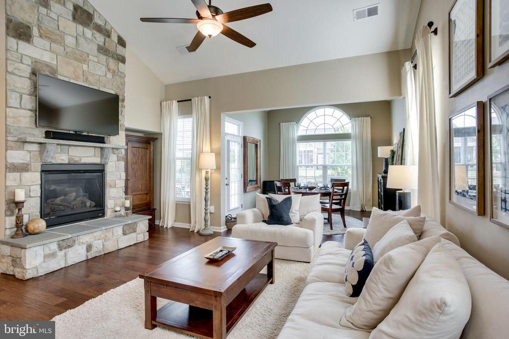 COZY FAMILY ROOM - 41676 BRANDENSTEIN DR, ALDIE