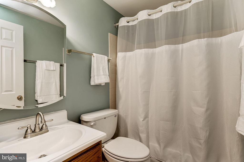 Full Bath - 8015 DUSTIN DR, FREDERICK
