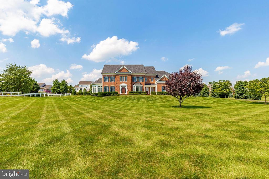 Spacious front yard - 6902 SOUTHRIDGE PL, MIDDLETOWN