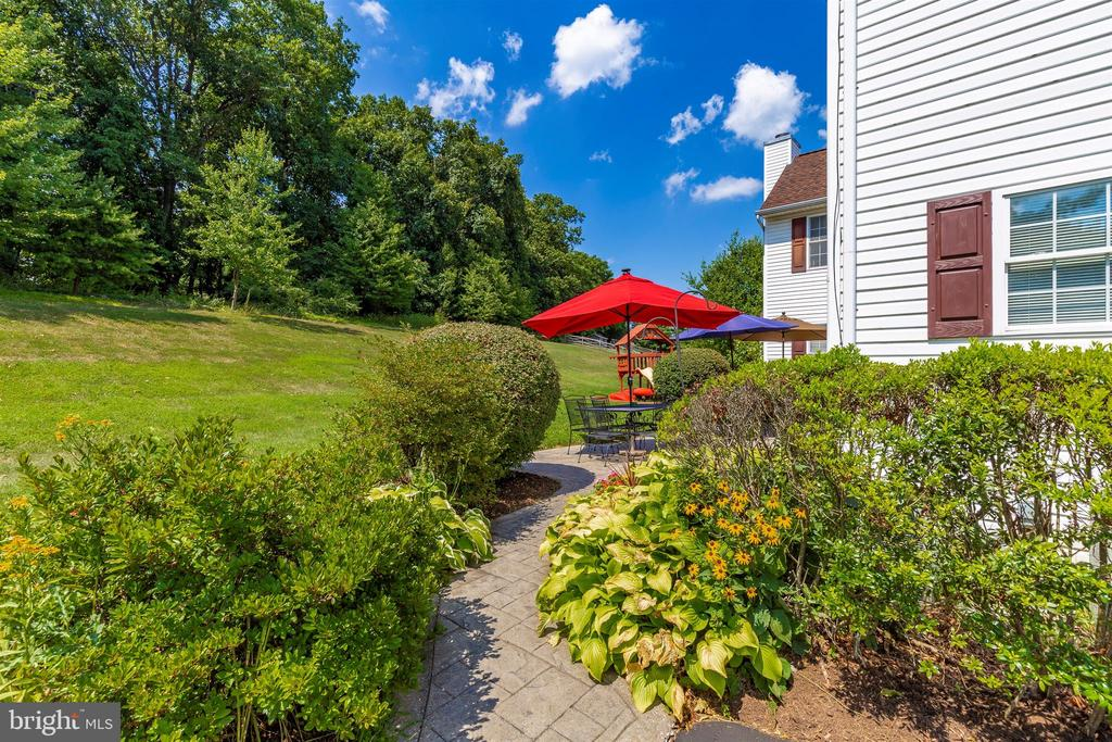 Beautifully landscaped - 4126 LARSON LN, MOUNT AIRY