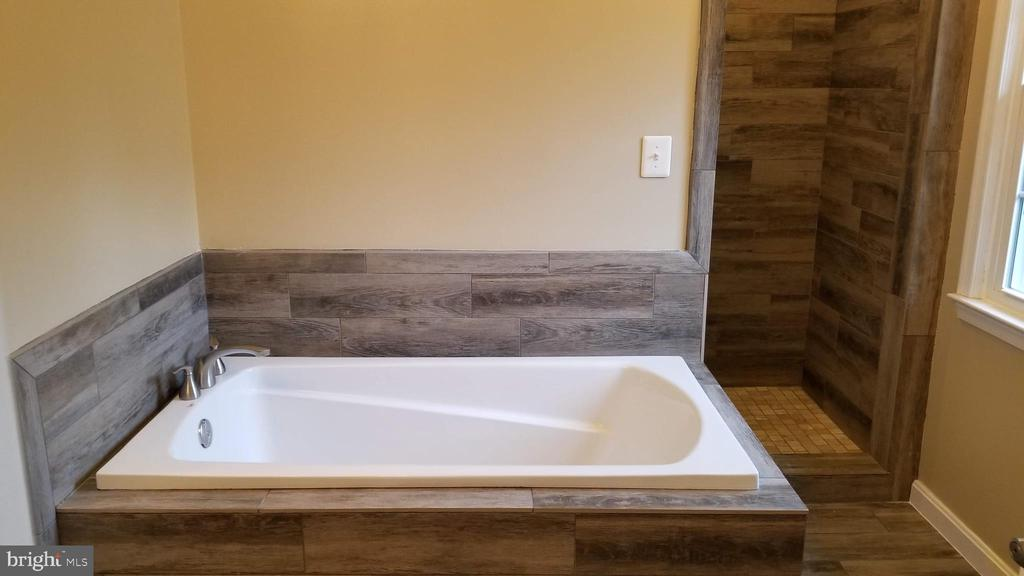 master bathroom soak-in tub - 8995 PARLIAMENT DR, BURKE