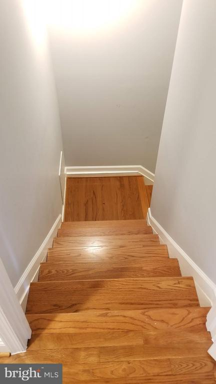 staircase to basement - 8995 PARLIAMENT DR, BURKE
