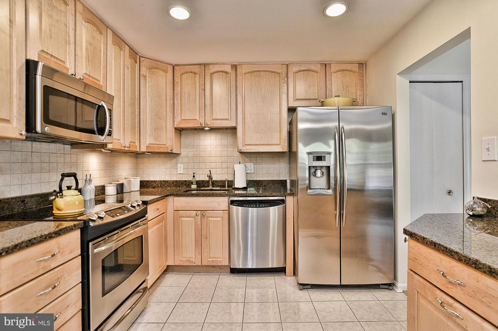 Stainless steel appliances & tile backsplash - 10011 DOWNEYS WOOD CT, BURKE