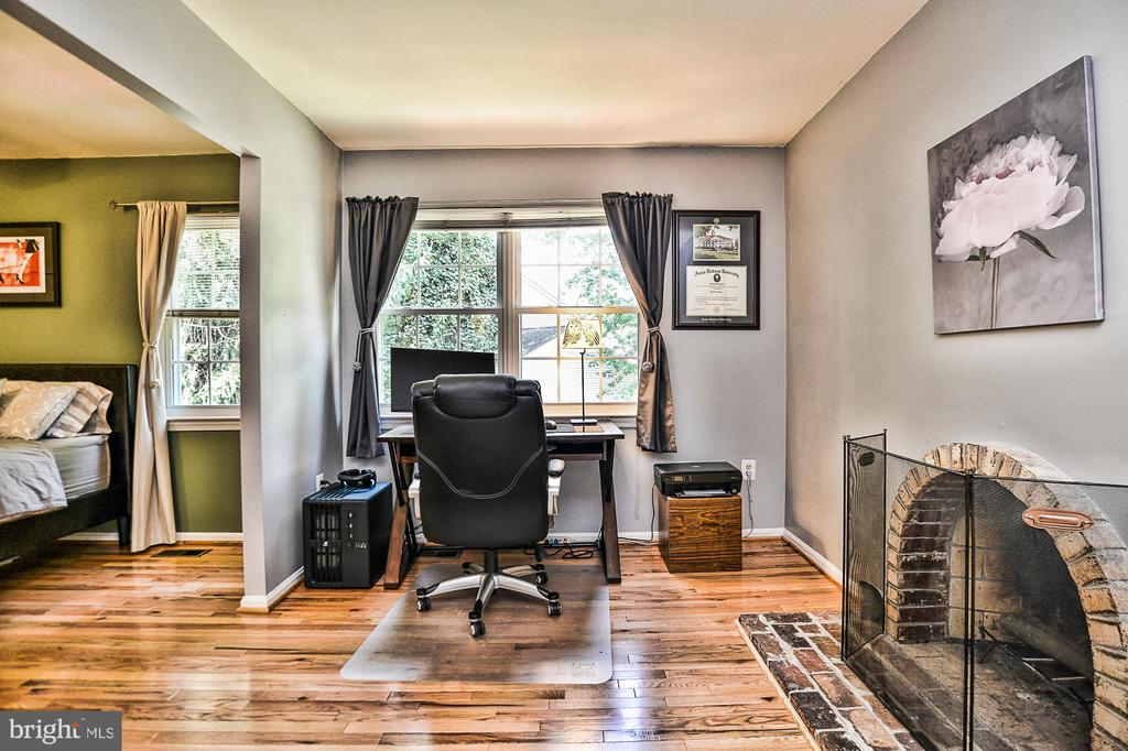 This room could easily be converted to 3rd bedroom - 10011 DOWNEYS WOOD CT, BURKE