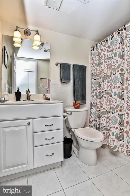 Full bath on lower level - 10011 DOWNEYS WOOD CT, BURKE