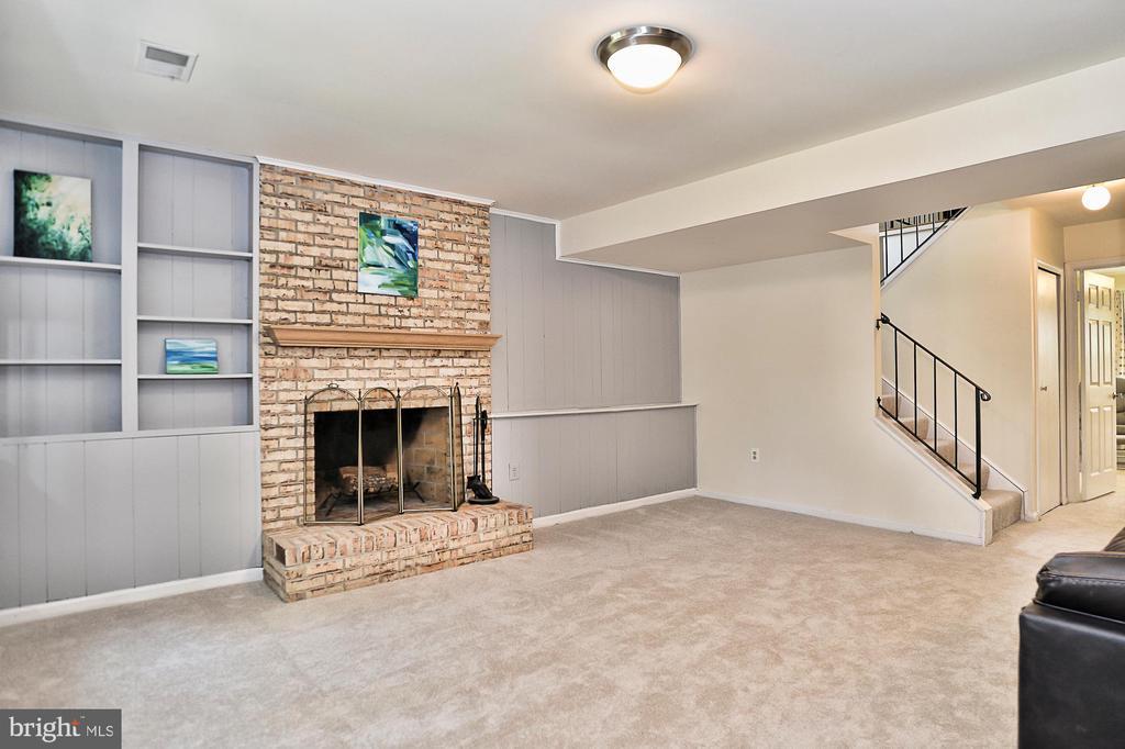 Brick wood burning fireplace & built-ins - 10011 DOWNEYS WOOD CT, BURKE