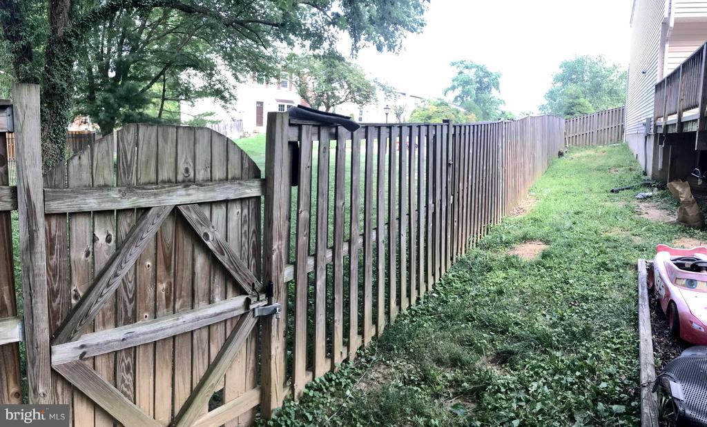 Fence and gate - 17539 AMITY DR, GAITHERSBURG