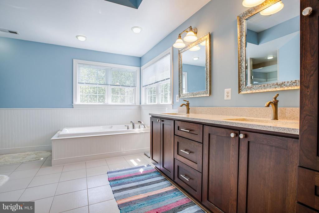 Updated Master Bath w/Dbl Vanities. - 56 KIRBY LN, STAFFORD
