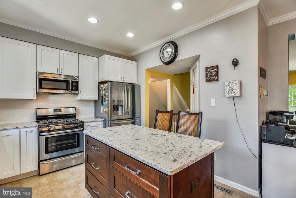 Kitchen With Stainless Steel Appliances - 46705 CAVENDISH SQ, STERLING