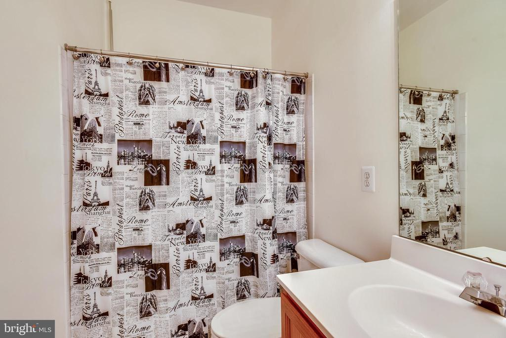 Upstairs Hall Bathroom With Tub/Shower Combination - 46705 CAVENDISH SQ, STERLING