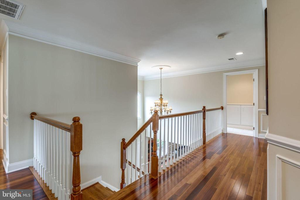 Upper level hall - 20132 BANDON DUNES CT, ASHBURN
