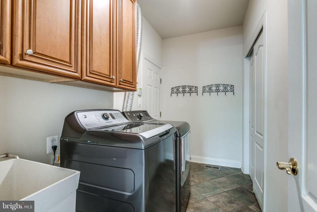 Main level laundry room - 20132 BANDON DUNES CT, ASHBURN