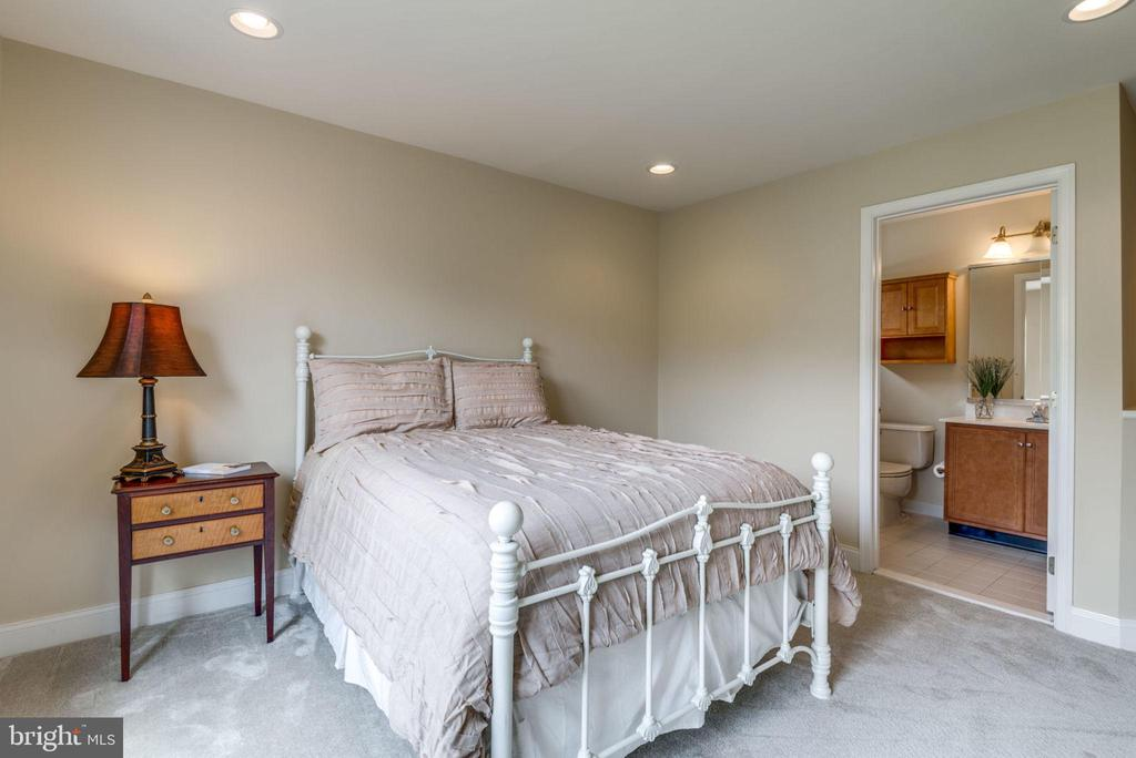 Bedroom 1 with full bath - 20132 BANDON DUNES CT, ASHBURN