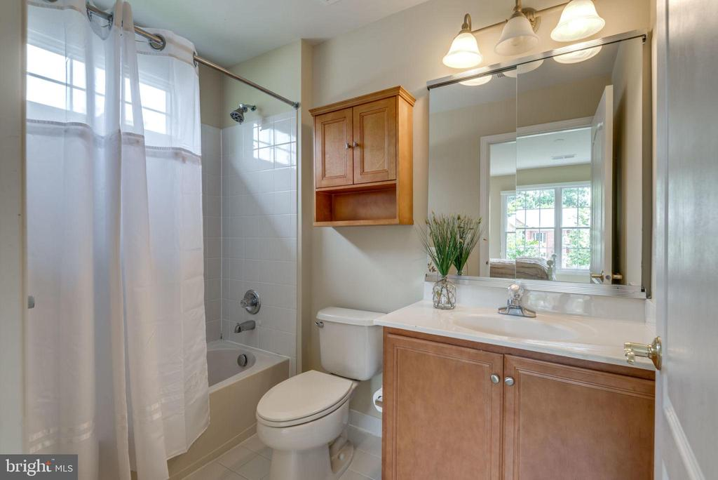 Full bath in Bedroom 1 - 20132 BANDON DUNES CT, ASHBURN