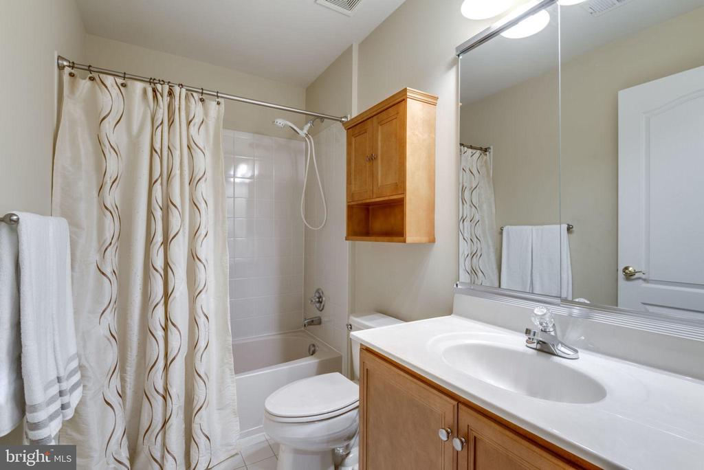 Upper level hall bath - 20132 BANDON DUNES CT, ASHBURN