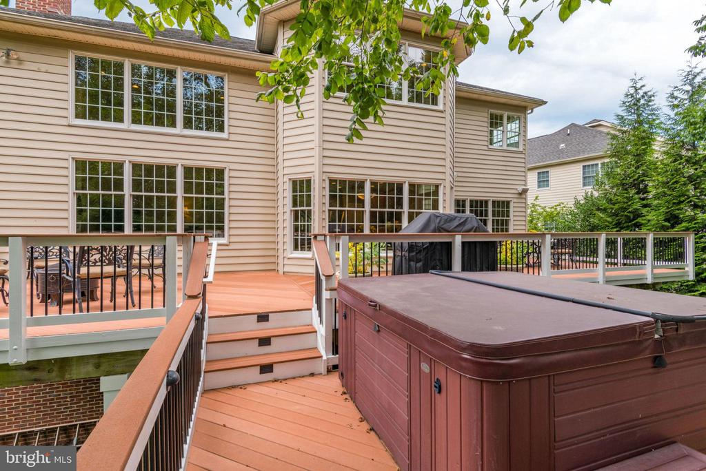 Deck and hot tub - 20132 BANDON DUNES CT, ASHBURN