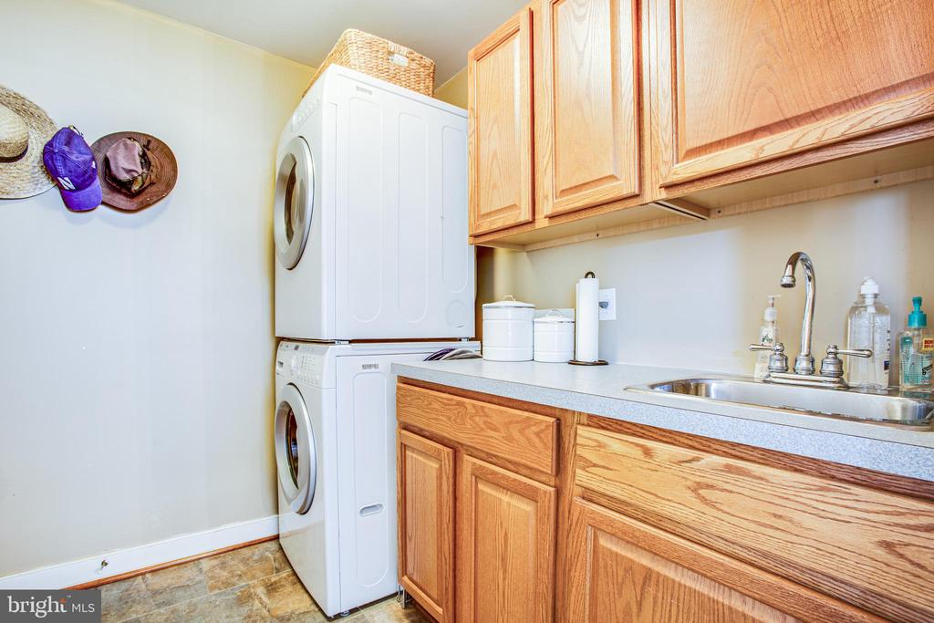 Laundry on Main level w/built in Sink. - 56 KIRBY LN, STAFFORD