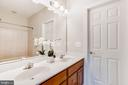 Upper Level Full  Bathroom - 38529 BROADOAK PL, HAMILTON