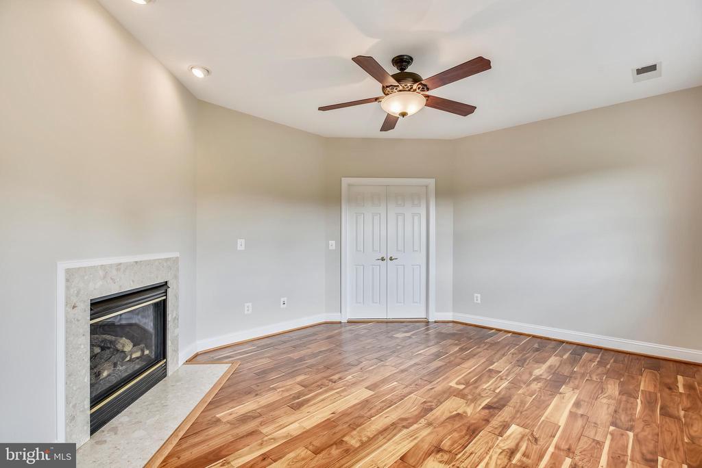 Master Bedroom Sitting Area w/Gas Fireplace - 38529 BROADOAK PL, HAMILTON