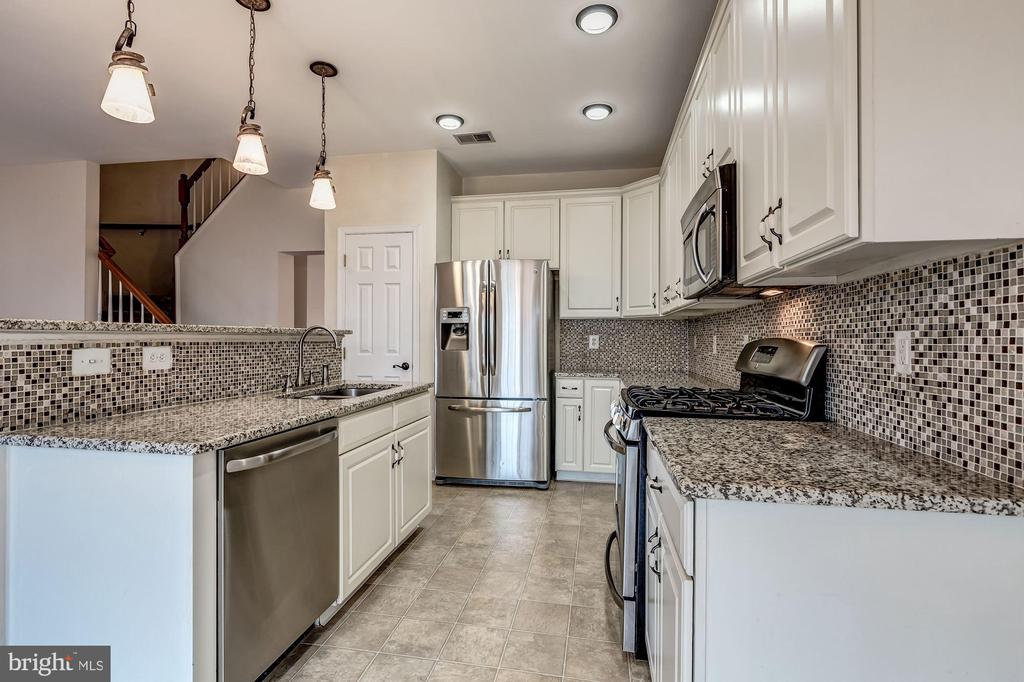Updated kitchen with granite, and backsplash - 25288 MCINTYRE SQ, CHANTILLY