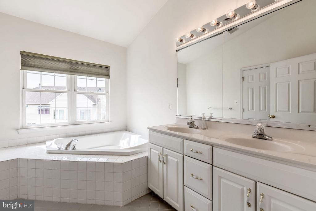 Huge bathroom with double vanities - 25288 MCINTYRE SQ, CHANTILLY
