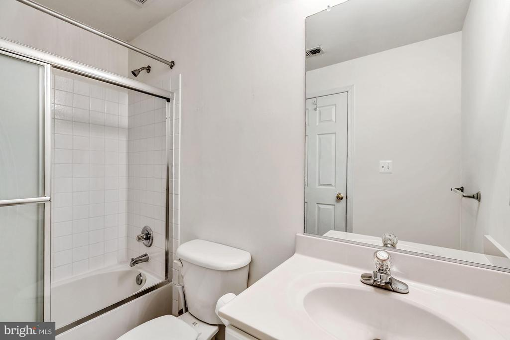 Lower level full bathroom - 25288 MCINTYRE SQ, CHANTILLY