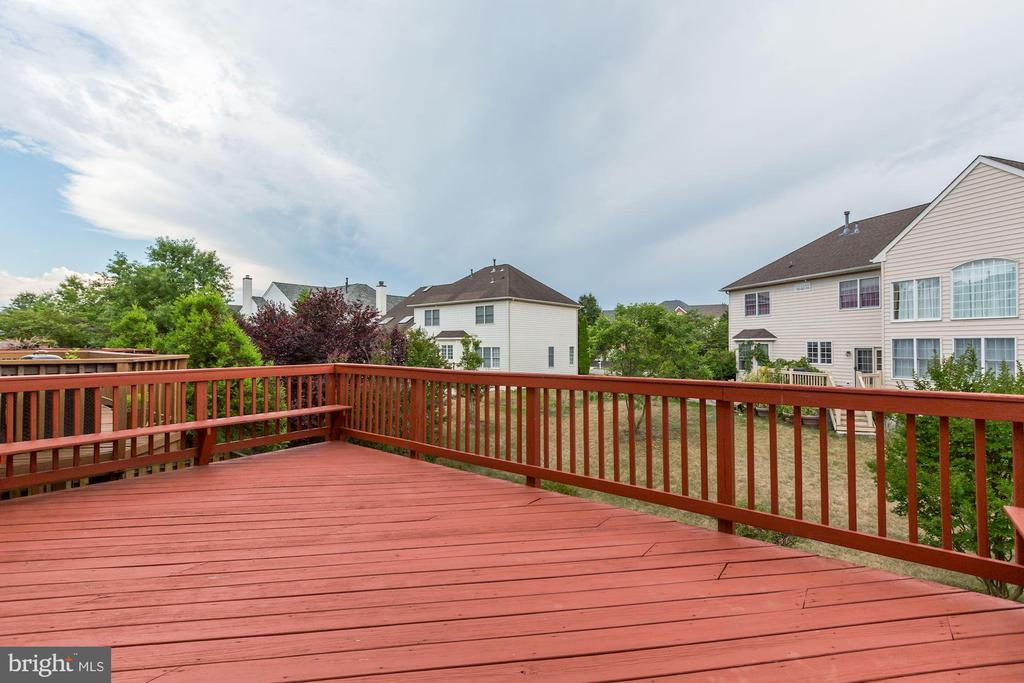 Huge deck with beautiful view and built in seating - 25288 MCINTYRE SQ, CHANTILLY