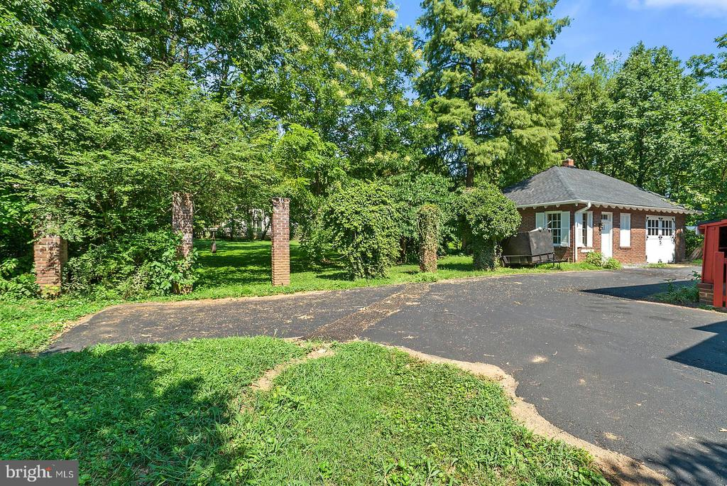 Large Driveway and Secluded Yard Space - 221 N KING ST, LEESBURG