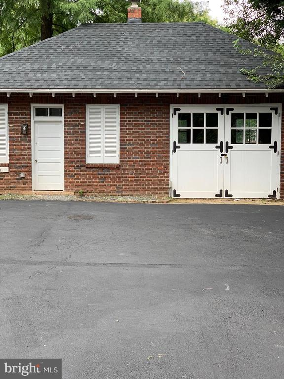 Detached Garage and Potential Living/Office Space - 221 N KING ST, LEESBURG