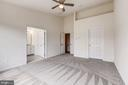 Spacious master suite with walk in closet - 25288 MCINTYRE SQ, CHANTILLY
