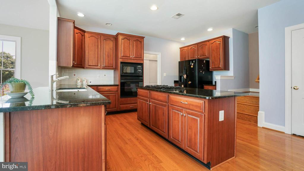 Upgraded kitchen with Granite counter top - 42531 LONGACRE DR, CHANTILLY