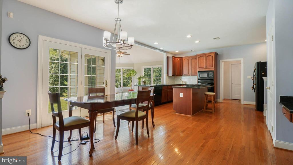 Huge breakfast room off kitchen - 42531 LONGACRE DR, CHANTILLY