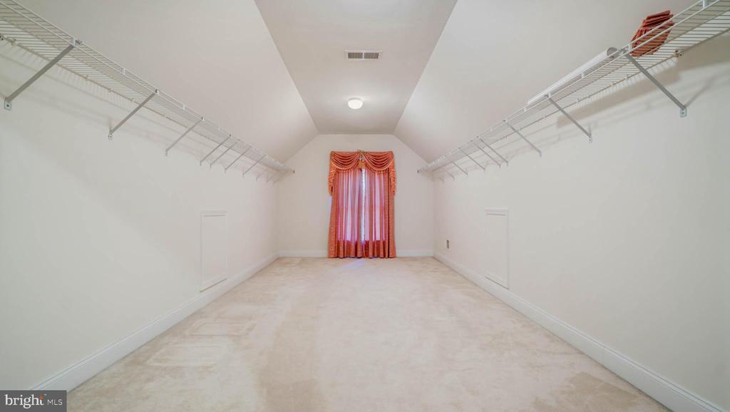 HUGE walking in closet - 42531 LONGACRE DR, CHANTILLY