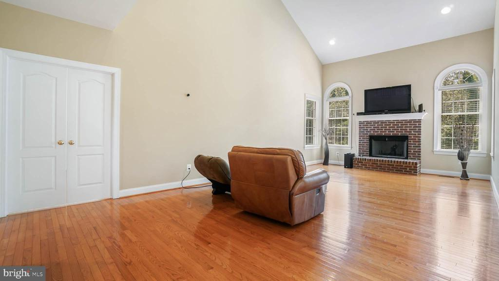 Nice sunny family room with view of wood - 42531 LONGACRE DR, CHANTILLY
