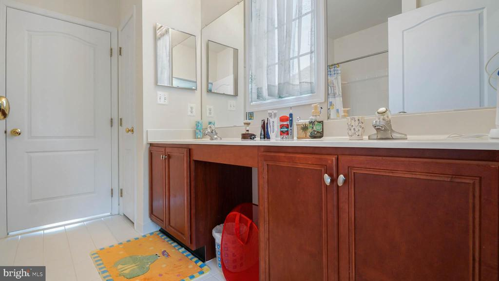 Jack and Jill bathroom - 42531 LONGACRE DR, CHANTILLY