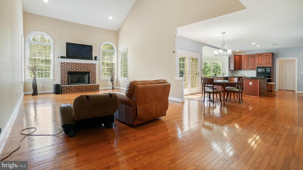 Open floor plan Family room off kitchen - 42531 LONGACRE DR, CHANTILLY