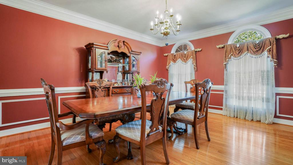 Luxury dining room with hardwood floor - 42531 LONGACRE DR, CHANTILLY