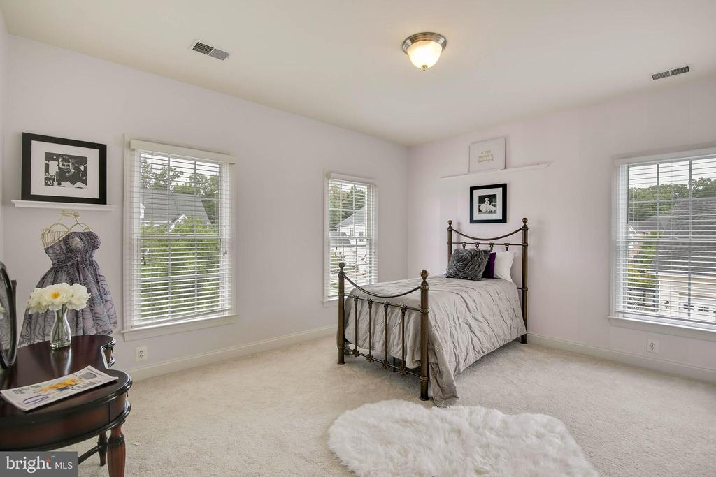 Bedroom  4 shares a dual entry bath with 3rd bdrm - 43353 VESTALS PL, LEESBURG