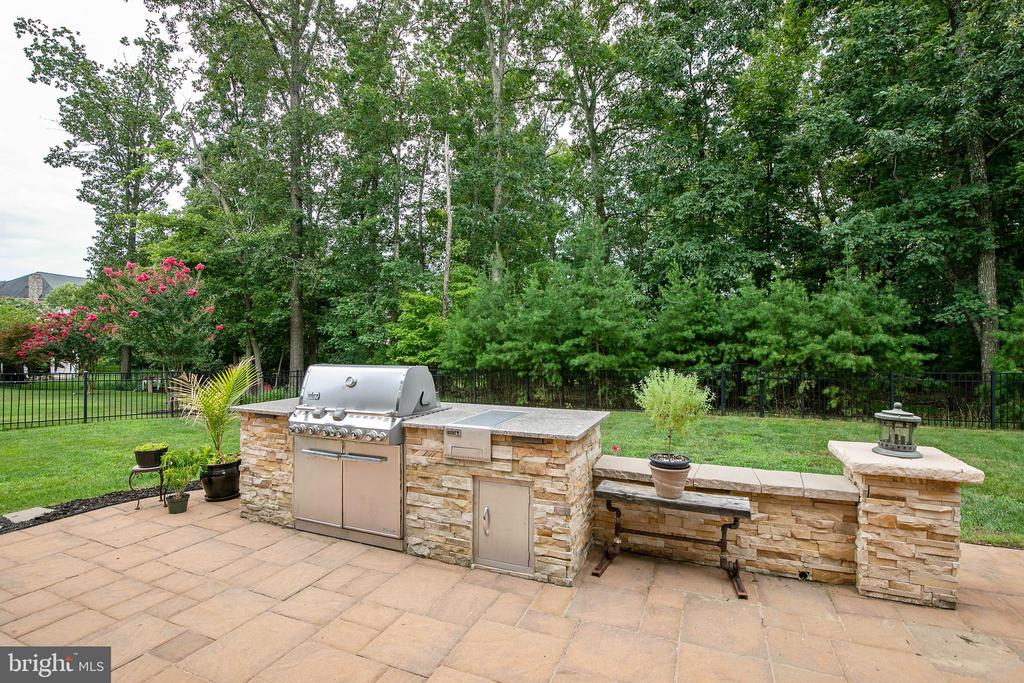 Built-in gas grill on patio... - 43353 VESTALS PL, LEESBURG