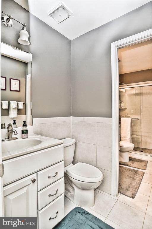 Half bath on main level - 10011 DOWNEYS WOOD CT, BURKE