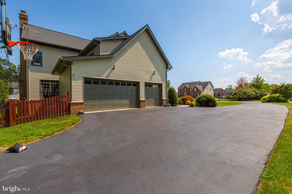 3 Car Side Garage with Plenty of Driveway - 9520 PENIWILL DR, LORTON