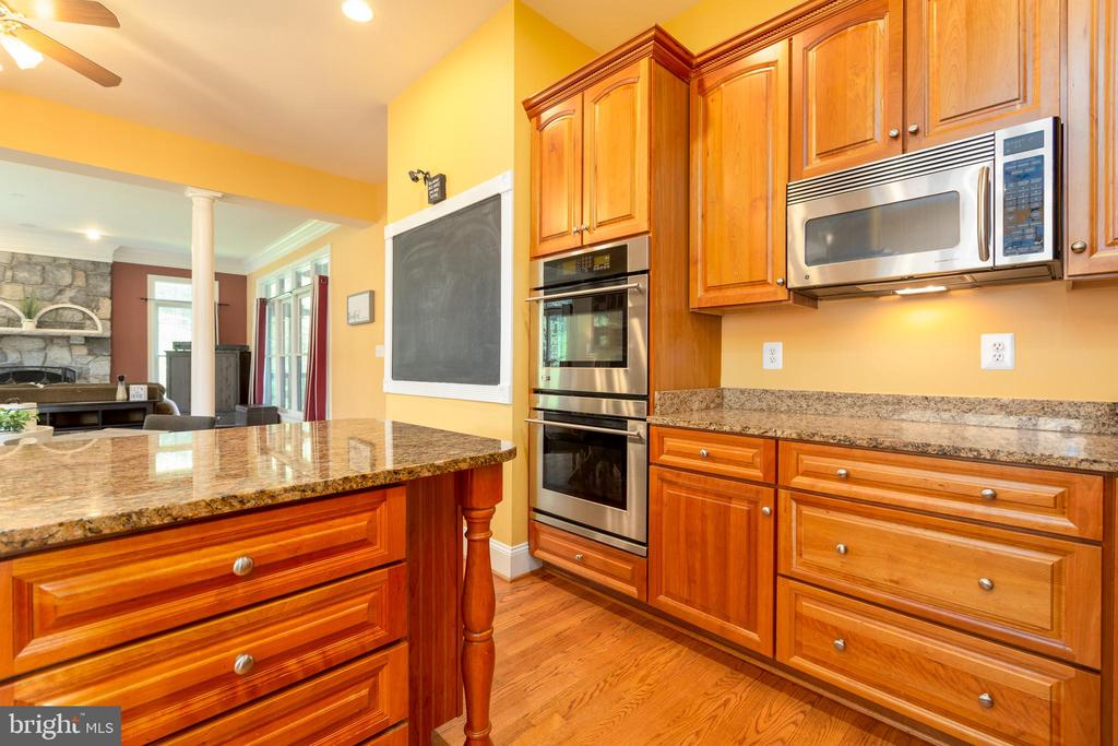 Double Ovens and Custom Cabinets - 9520 PENIWILL DR, LORTON