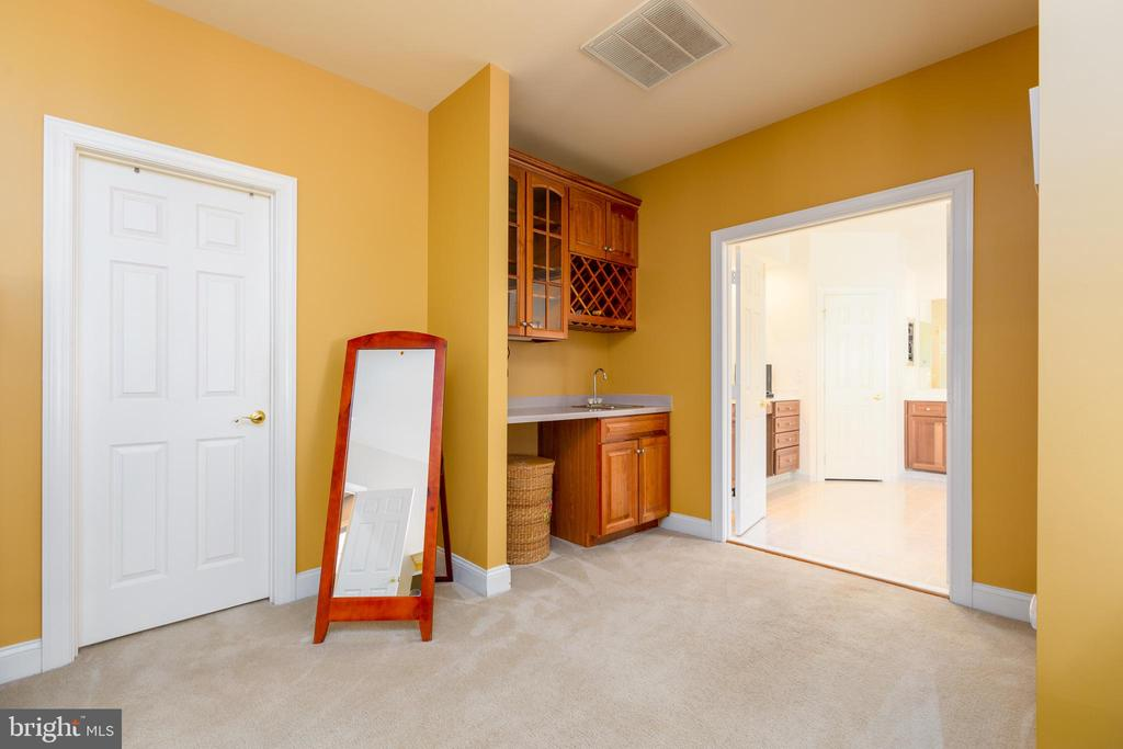 Master Bedroom Lounge Area with Wet Bar - 9520 PENIWILL DR, LORTON