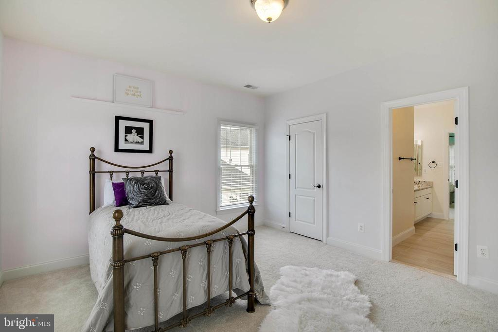 4th bedroom with view of dual entry full bath - 43353 VESTALS PL, LEESBURG