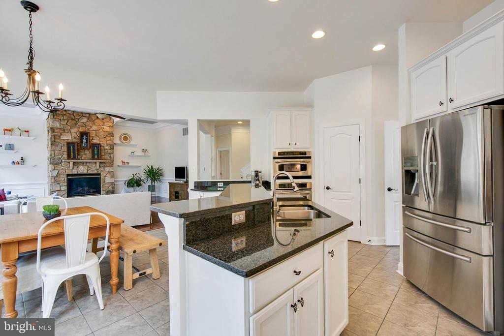 Imagine cooking and conversation in this kitchen! - 43353 VESTALS PL, LEESBURG