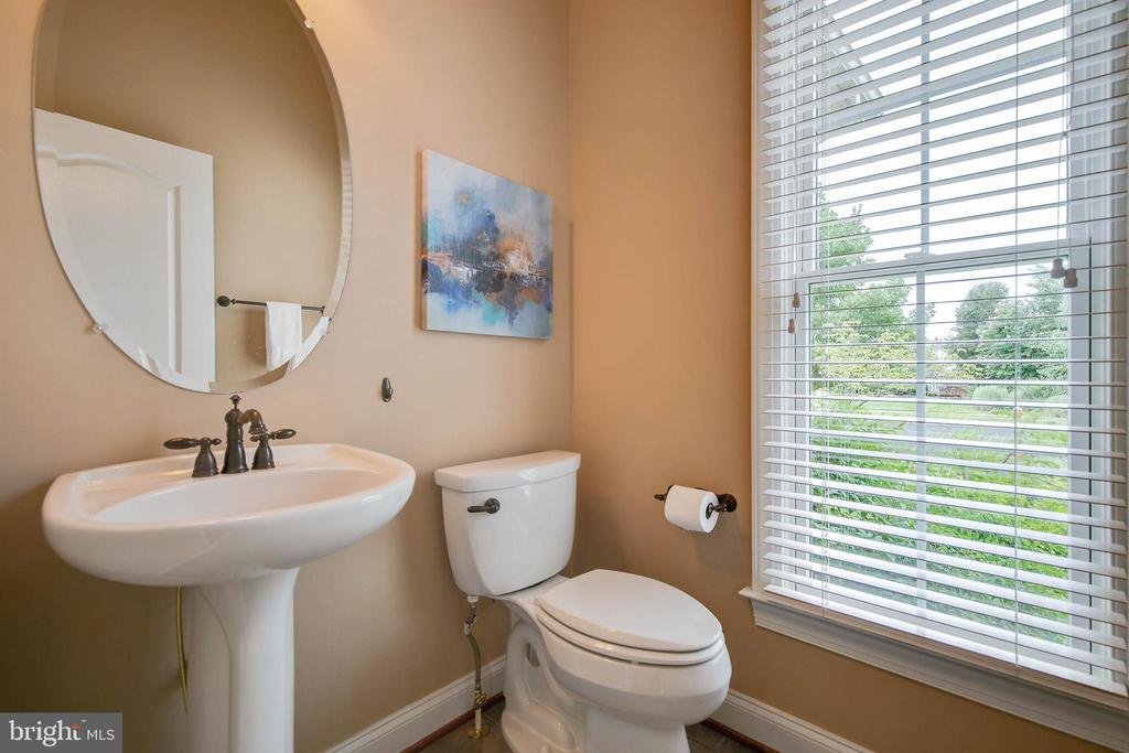 Foyer half bath with window overlooking front yard - 43353 VESTALS PL, LEESBURG