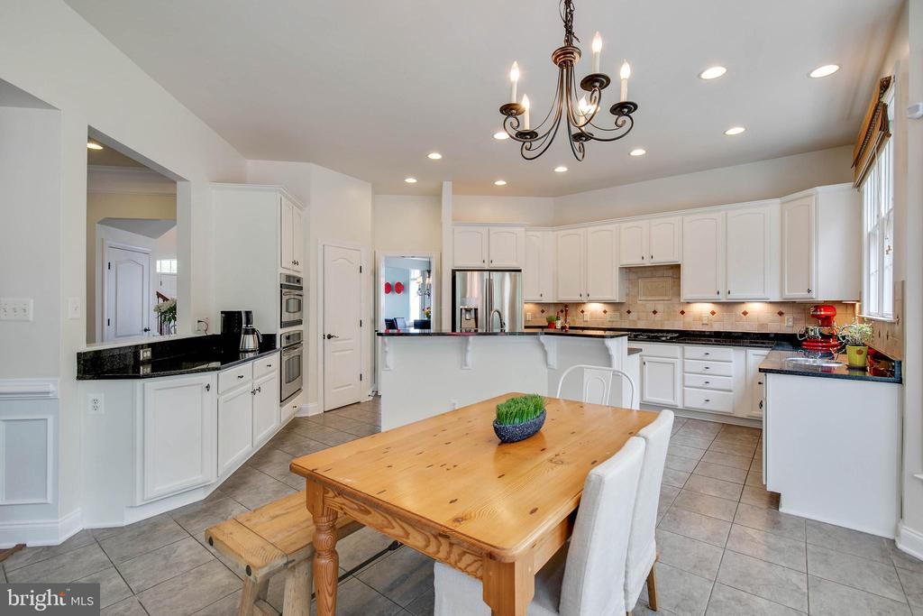 Kitchen has casual dining space. - 43353 VESTALS PL, LEESBURG